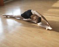 Adolescente en una lección del ballet Fotografía de archivo