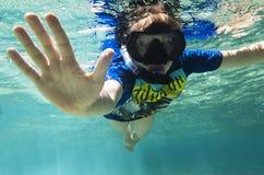Adolescente en una máscara y un adolescente del tubo en una máscara y un tubo debajo del agua Imagen de archivo libre de regalías