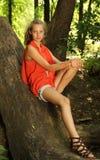 Adolescente en una madera Foto de archivo
