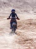 Adolescente en una moto Fotos de archivo libres de regalías