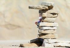 Adolescente en una piedra Imagen de archivo libre de regalías