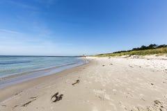 Adolescente en una playa vacía en verano Foto de archivo libre de regalías