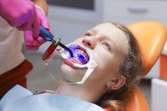 Adolescente en una recepción del ` s del dentista Apoyos en los dientes Fotos de archivo libres de regalías
