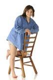 Adolescente en una silla de Ladderback Imagenes de archivo