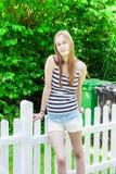 Adolescente en una valla de estacas Imagenes de archivo