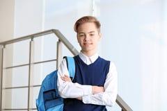 Adolescente en uniforme escolar con la situación de la mochila Imagen de archivo libre de regalías
