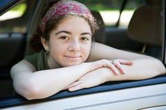 Adolescente en ventana de coche Fotografía de archivo