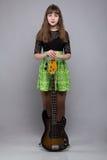Adolescente en vestido con la guitarra Imagenes de archivo