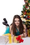Adolescente en vestido de lujo debajo del árbol de navidad Fotografía de archivo libre de regalías