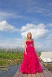 Adolescente en vestido del graduado Foto de archivo