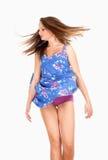 Adolescente en vestido del verano con el viento que levanta su falda Imagen de archivo libre de regalías