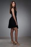 Adolescente en vestido negro Imagenes de archivo
