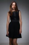 Adolescente en vestido negro Fotografía de archivo