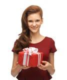 Adolescente en vestido rojo con la caja de regalo Foto de archivo libre de regalías