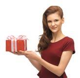 Adolescente en vestido rojo con la caja de regalo Fotografía de archivo libre de regalías
