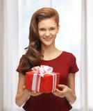 Adolescente en vestido rojo con la caja de regalo Fotos de archivo libres de regalías