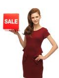 Adolescente en vestido rojo con la muestra de la venta Fotografía de archivo libre de regalías