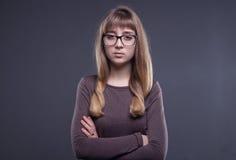 Adolescente en vidrios con los brazos cruzados Imagenes de archivo
