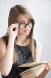Adolescente en vidrios con los libros Imagenes de archivo