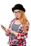Adolescente en vidrios usando el teléfono celular Fotografía de archivo