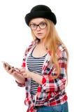 Adolescente en vidrios usando el teléfono celular Fotos de archivo libres de regalías
