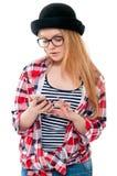 Adolescente en vidrios usando el teléfono celular Imagen de archivo