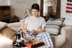 Adolescente encantado que controla su robot Imágenes de archivo libres de regalías