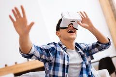 Adolescente encantado que lleva auriculares de VR Imagenes de archivo