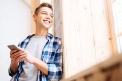 Adolescente encantado que mira hacia fuera la ventana Fotografía de archivo libre de regalías