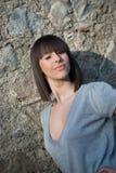 Adolescente encantador en la presentación casual contra una pared de la roca Imagen de archivo libre de regalías