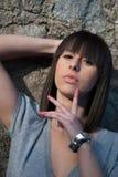 Adolescente encantador en la presentación casual contra una pared de la roca Fotografía de archivo libre de regalías
