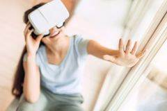 Adolescente encantador que disfruta de la experiencia del juego de VR Fotografía de archivo