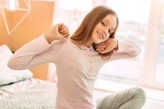 Adolescente encantador que se estira en cama Imagen de archivo libre de regalías