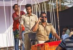 Adolescente encarcelado en una célula por los actores en el Departamento de Policía uniforme de la corrupción que juega en el car Imagen de archivo libre de regalías