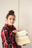 Adolescente encargado de los libros que estudian Imágenes de archivo libres de regalías