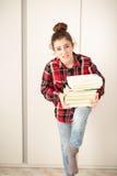Adolescente encargado de los libros que estudian Imagen de archivo