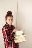 Adolescente encargado de los libros que estudian Foto de archivo libre de regalías