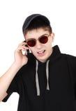 Adolescente enfadado con el teléfono móvil Fotos de archivo libres de regalías