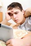 Adolescente enfadado con la tableta Fotos de archivo libres de regalías