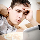 Adolescente enfadado con la tableta Imagen de archivo libre de regalías