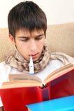 Adolescente enfermo con el termómetro Foto de archivo