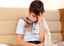 Adolescente enfermo con el termómetro Imágenes de archivo libres de regalías