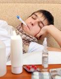 Adolescente enfermo con el termómetro Fotografía de archivo