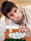 Adolescente enfermo con el termómetro Imagen de archivo