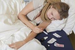 Adolescente enfermo de la muchacha que miente en cama Foto de archivo libre de regalías
