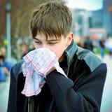 Adolescente enfermo en la calle Foto de archivo
