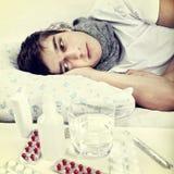 Adolescente enfermo en la cama Fotografía de archivo