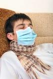 Adolescente enfermo en máscara de la gripe Foto de archivo