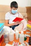 Adolescente enfermo en máscara de la gripe Fotos de archivo