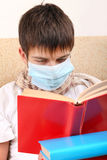 Adolescente enfermo en máscara de la gripe Imagen de archivo libre de regalías